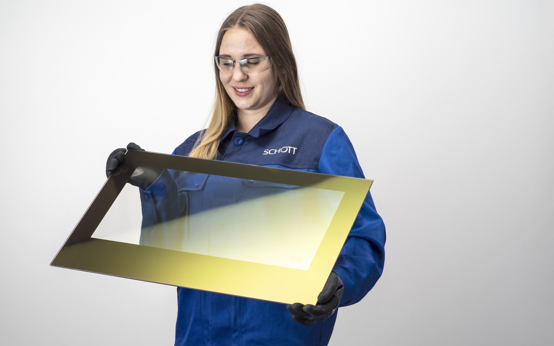 SCHOTT Ingenieurin bei der Prüfung einer mit ROBAX® IR SuperMax beschichteten Glaskeramikplatte