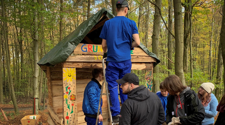 Junge SCHOTT Auszubildende nehmen an einer Teambuilding-Übung im Wald teil