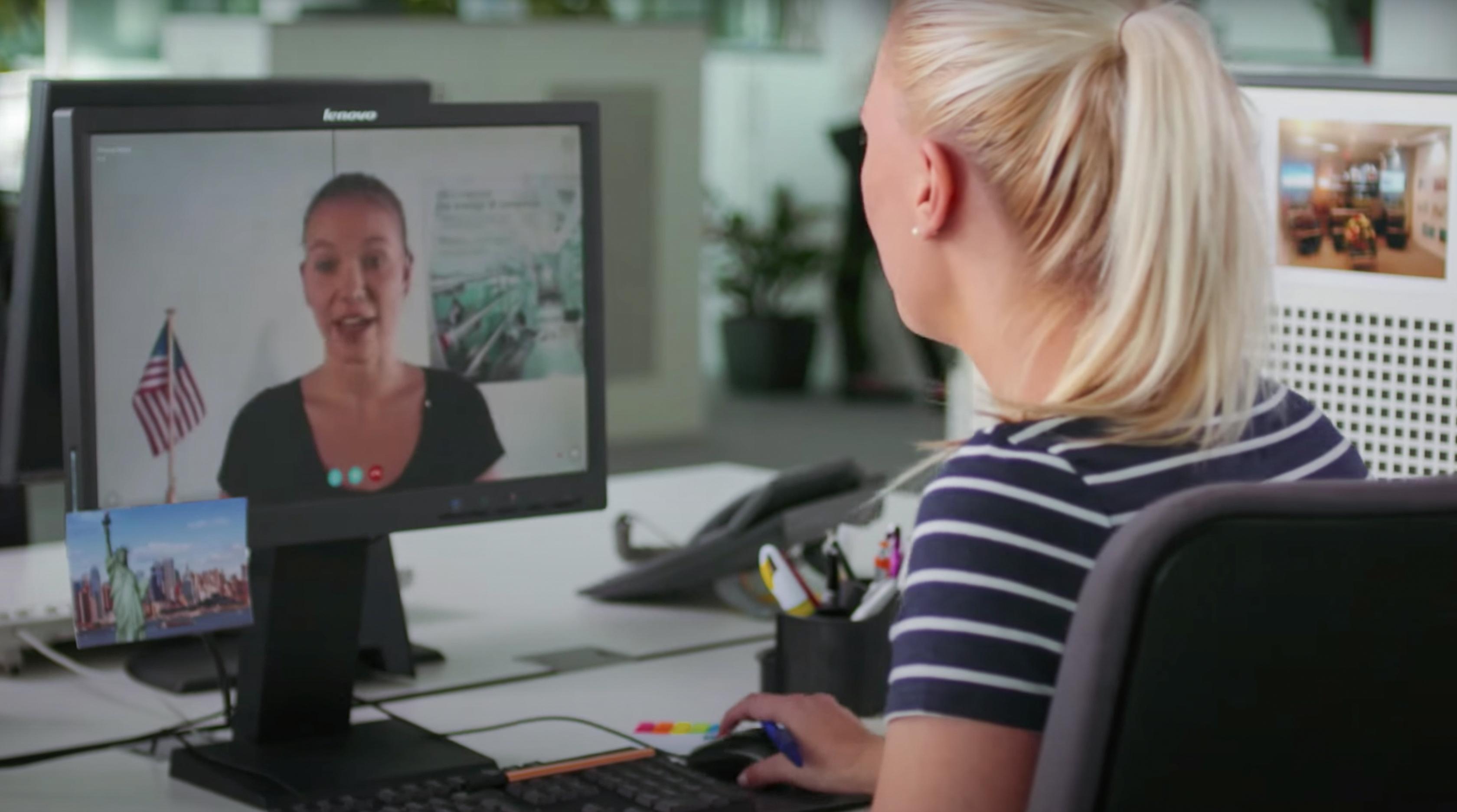 Junge Frau, die über das Internet mit einer Kollegin spricht